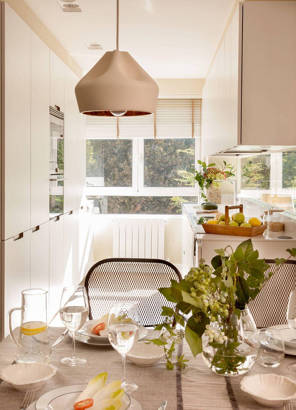 Pentru s-a dorit mult spațiu de depozitare, designerul a prevăzut un ansamblu de dulapuri în bucătărie care sunt organizate pe verticală. Designul minimalist, cu mânere frezate face ca totul să fie simțit aerisit, în ciudat suprafeței mari pe care le ocupă corpurile.