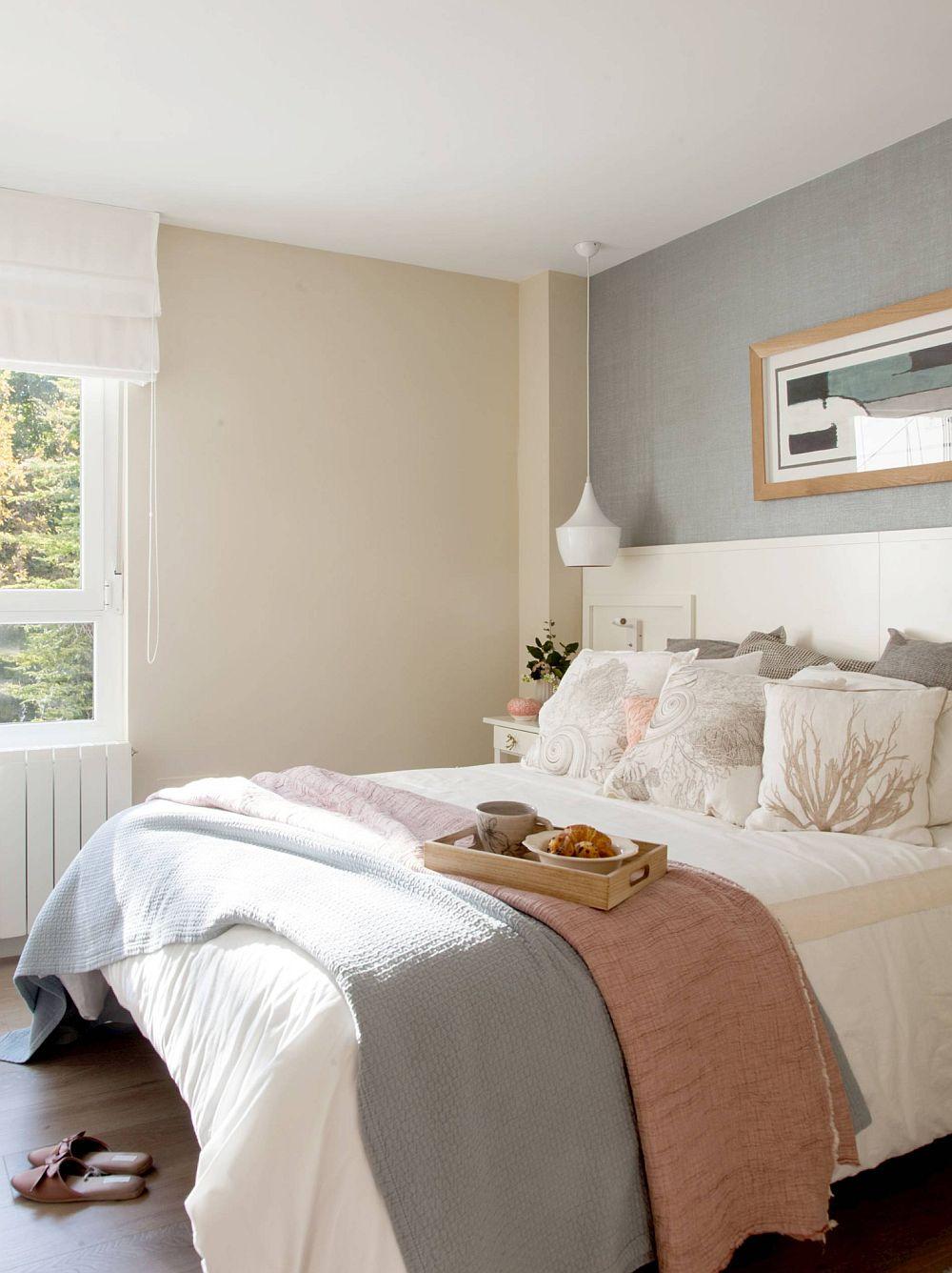 Dormitorul este ambientat în tonuri neutre, dar plăcute.