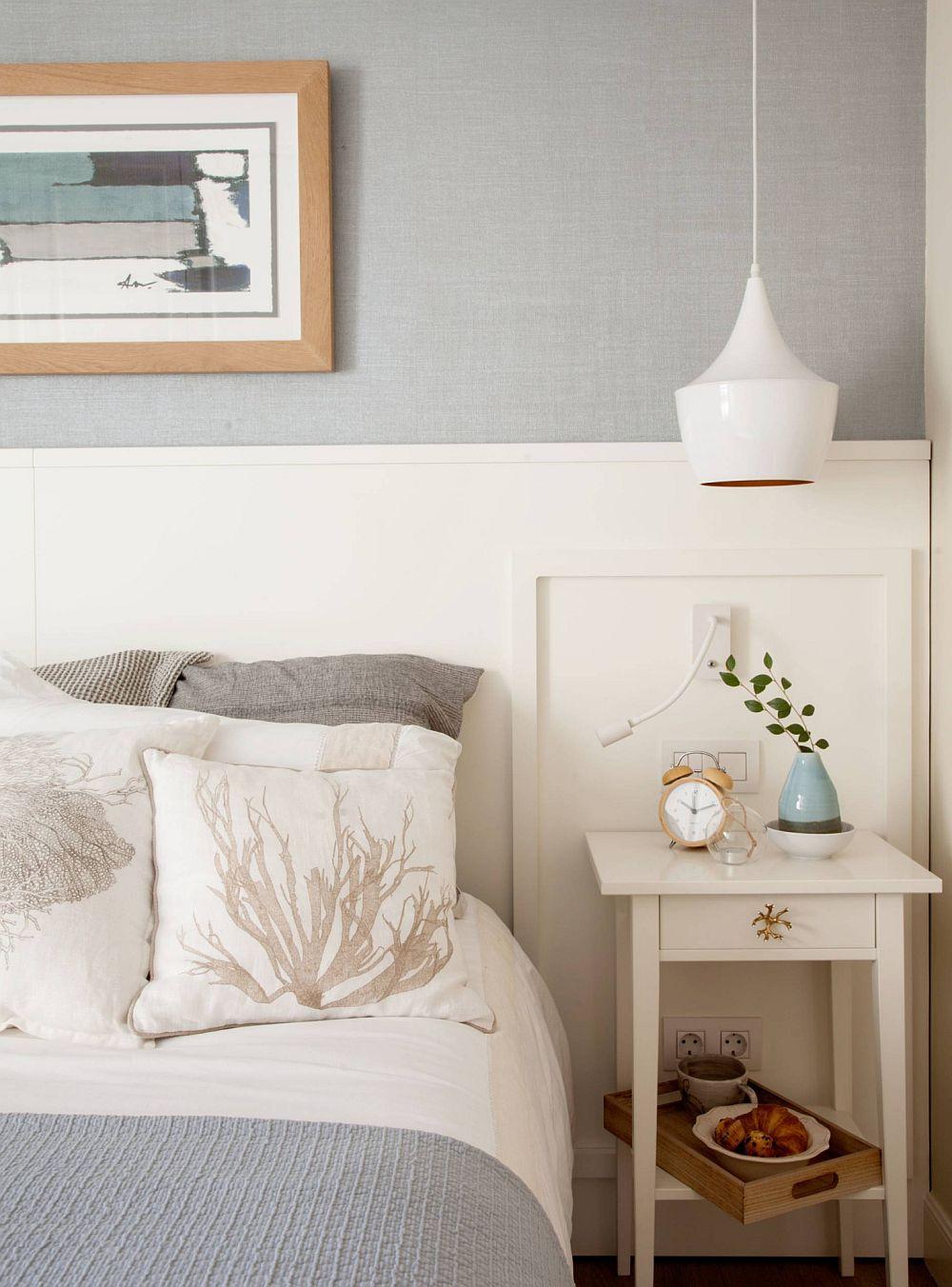 Pentru a marca locul patului, designerul a prevăzut o placare pe perete, placare care formeze tăblia. În dreptul acesteia, de-o parte și de alta a patului, sunt noptierele alese în aceeași nuanță de alb.