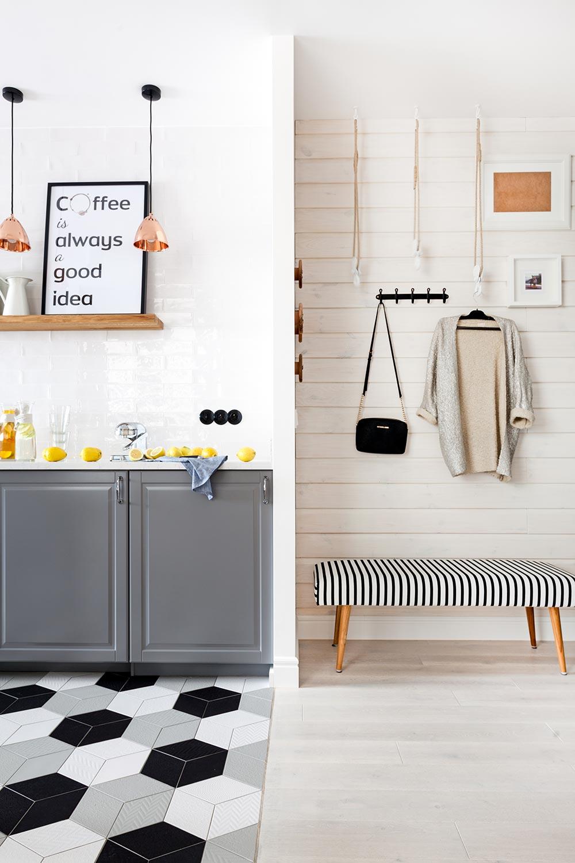 Între bucătărie și zona de hol separarea este doar parțială, cât să mascheze laterala mobilierului.