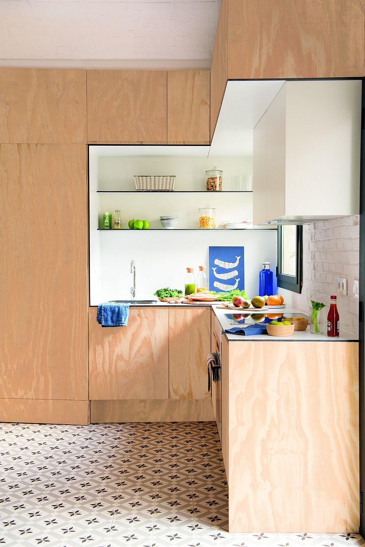 Bucătăria este mică și compactă, dar bine organizată cu loc suficient între chiuvetă și plită. Combinația de lemn și suprafețe albe conferă senzația de căldură, dar și luminozitate. Pare că toată zona de gâtit este decupată dintr-un ansamblu placat cu lemn.