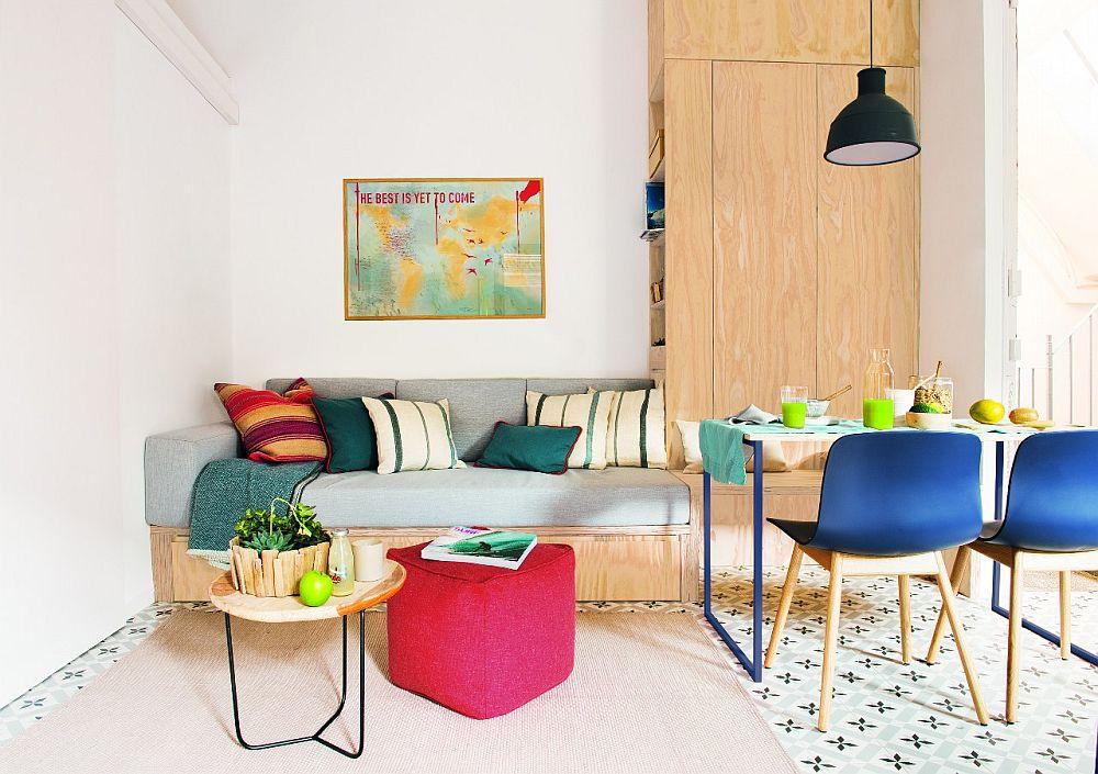De remarcat faptul că accentele de culoare de la nivelul micului mobilier și decorațiunilor pot colora cu efect ambianța. Canapeaua nu este întâmplător realizată pe comandă, ci gândită a se integra foarte bine în spațiu disponibil.