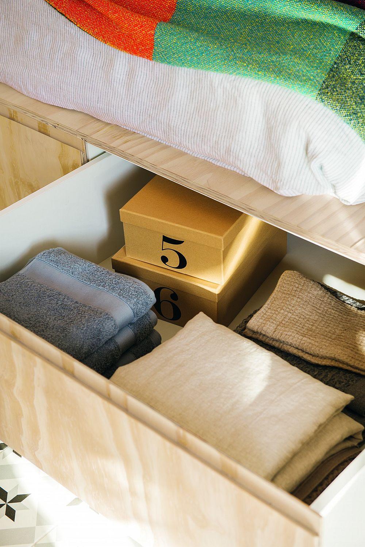 Sertarele de sub pat sunt generoase și ele oferă suficient spațiu de depozitare. Platforma patului devine și loc de noptiere în zona tăbliei patului.