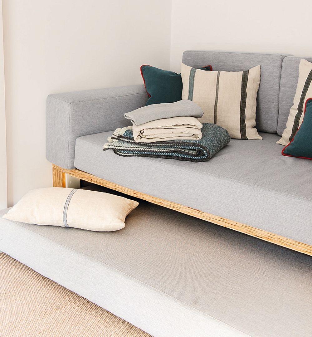 La nevoie, canapeaua poate oferi un extra loc de dormit pentru că sub ea mai există o saltea care se trage din cutia prevăzută dedesubt.