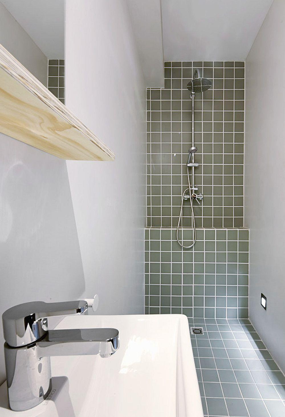 Baia este mică, dar cu toate cele necesare, respectiv zonă de duș, zonă de lavoar și vas wc. Desigur, pentru că dimensiunile sunt reduse, și obiectele sanitare au fost adaptate spațiului, respectiv au fost alese cu dimensiuni mici, potrivite spațiului. De asemenea, zona de duș nu este separată cu panou de sticlă.