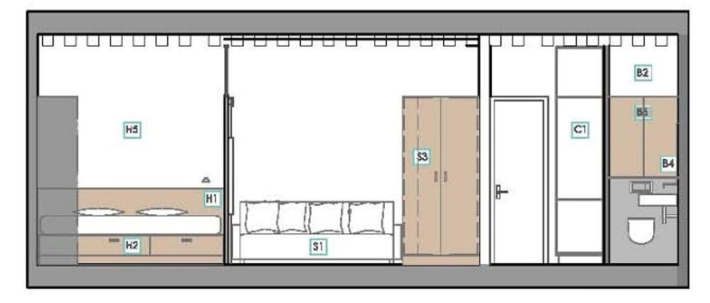 Planșele cu dispunerea mobilierului pe latura cu ușa de acces în garsonieră. Din această plansă se poate observa faptul că peretele ce separă zona de zi față de cea de noapte (patul) nu este până în tavan, ci are înălțimea raportată la cea a tâmplăriei ușii interioare. Astfel, lumina naturală din zona de zi ajunge și pe la nivelul superior înspre dormitor.