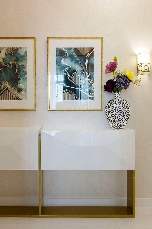 Pe holul de acces către zona dormitoarelor sunt alte piese de mobilier de tip comodă desenate de către designerul Eunice Pantea și realizate după schițele ei la Saramob Design.
