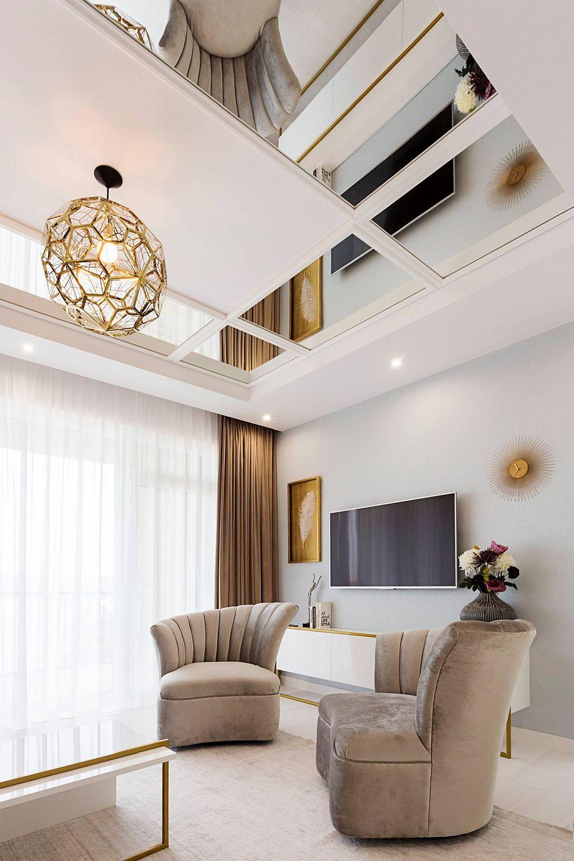 Pentru a amplifica senzația de lumină, dar și de spațiu, designerul a prevăzut la nivelul plafonului o placare cu oglinzi. Astfel, chiar dacă livingul este modest ca și dimensiuni, el se simte ca fiind mult mai aerisit.Corpurile de iluminat sunt de la Sigmalux din Oradea.