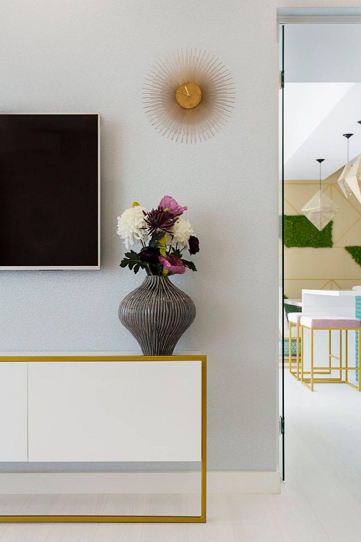 Din living se ajunge în bucătărie, spațiul fiiind delimitat cu o ușă din sticlă pentru a lăsa lumina naturală să circule, dar și pentru a amplifica senzația de spațiu din camera de zi.