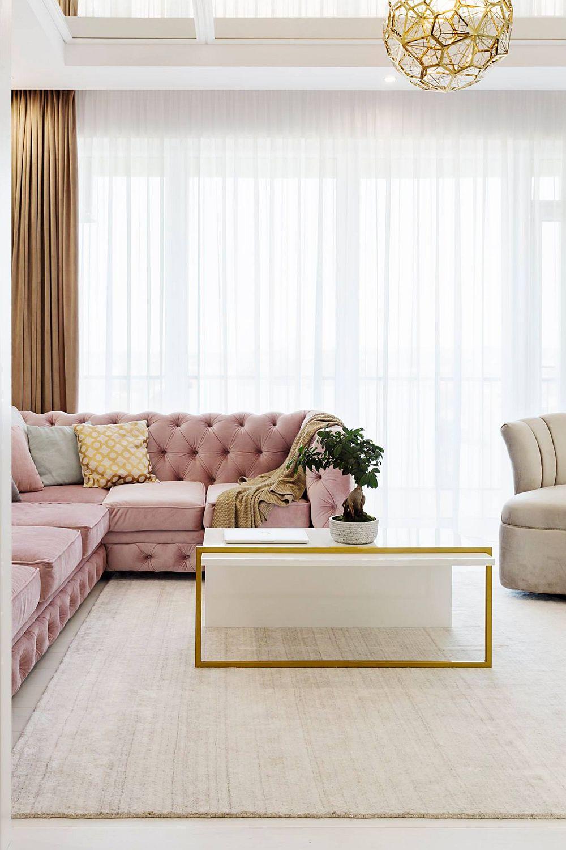 Designerul a prevăzut ca o mare parte din suprafața ferestrelor să lase lumina să pătrundă la interior nefiind obturate cu piese de mobilier sau obiecte decorative înalte. Draperiile și perdelele sunt realizate pe comandă la Casa Nova din Oradea.