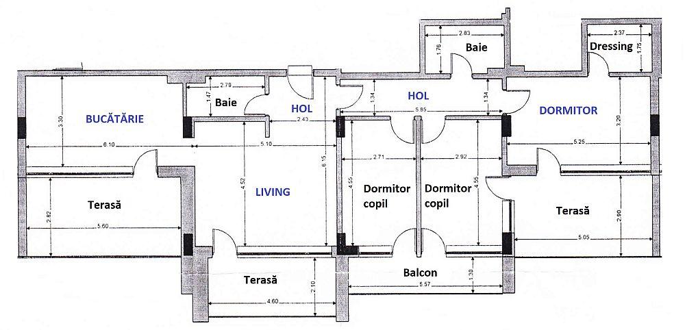Deși locuința pe ansamblu măsroară o suprafață mare, mai ales că are terase și balcoane, organizarea interioară nu este prea grozavă, luând în coniderare numai faptul că livingul este aproape similar ca și dimensiuni cu bucătăria și că băile, iar dormitoarele copiilor sunt mici. Designerul Eunice Pantea a regândit însă prin mobilare și ambientare nevoia de spații mai aerisite, luminoase și nu a uitat de partea cu depozitarea.