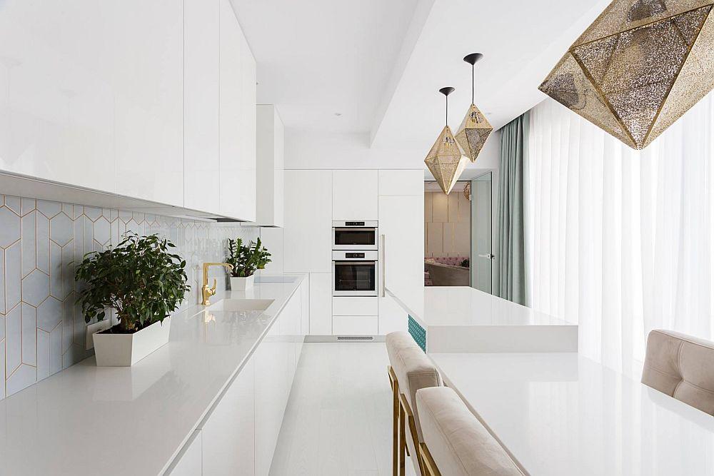 Pentru ca din living imaginea bucătăriei să fie mai puțin tehnică, designerul a prevăzut ca zona cu electrocasnice încorporabile să fie pe perete cu ușa de acces. Tot în acest ansamblu se află și frigiderul încorporat, deci aproape de zona livingului. Corpurile de iluminat sunt achiziționate prin Sigmalux Oradea.