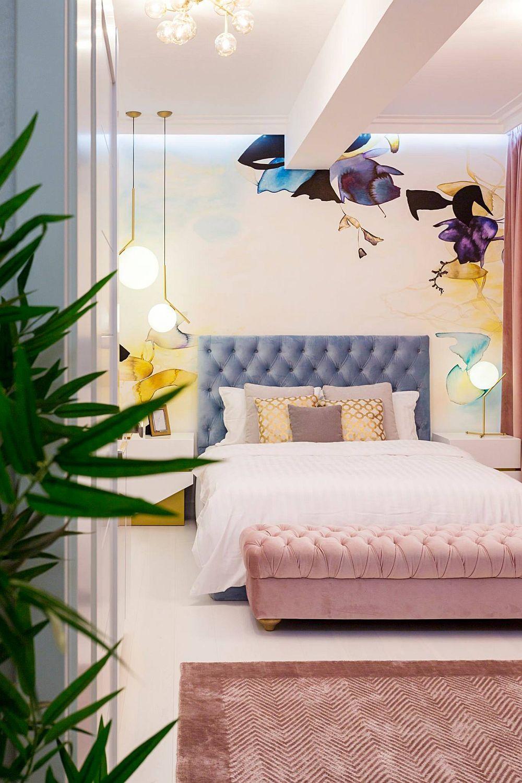 Dormitorul matrimonial a fost dificil de amenajat din cauza structurii de rezistență. Designerul Eunice Pantea a fost provocată să găsească cea mai bună amplasare a patului într-o încăpere care la nivelul plafonului era divizată de o grindă. Soluția? un perete de accent în spatele patului tapițat.