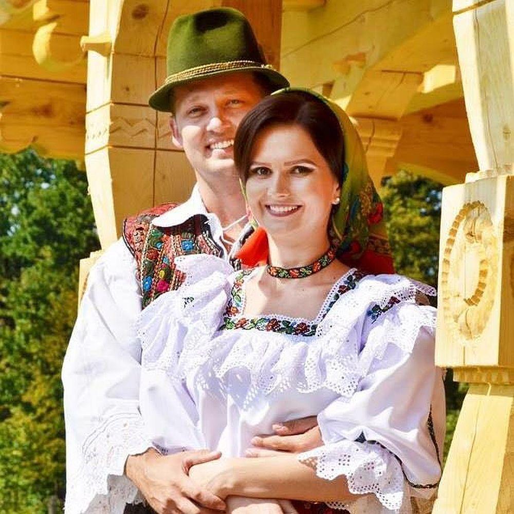 Crina și Adrian Bersan, proprietarii Corpului C din ansamblul Magnolia Resort. Oaspeții noștri sunt invitați să descopere o comunitate care este atestată încă din Evul Mediu, din 1365, când Regele Ungariei, Ludovic de Anjou, a emis o diplomă în care vorbește despre Vișeu. Această comunitate a fost pomenită și de voievodul Transilvaniei, Iancu de Hunedoara, conducătorul ultimei cruciade din istorie, care vorbea despre vitejia cnezilor din Vișeu. Din 1770, în Vișeu au fost aduși numeroși coloniști germani. Cei din zona Zips, din Slovacia de azi, au venit pentru a exploata lemnul; din Saxonia au venit mineri harnici, iar din Salzburg și Tirol au venit pricepuți crescători de vite. Alături de români, acești coloniști au modelat sufletul comunității noastre. Vișeul este un oraș liniștit, primitor, multicultural și curat. Oaspeții noștri pot descoperi vechile biserici ortodoxe și catolice, dar și Centrul pentru Studierea Istoriei Nobilimii Maramureșene.Ei se pot bucura de frumusețea Văii Vaserului, unde, în perioada interbelică, a fost construită o linie ferată cu ecartament îngust, celebra Mocăniță. Excursiile cu Mocănița sunt de neuitat, iar trenul este folosit pentru a organiza evenimente speciale, precum Nopțile Muzicale ori petrecerile de Revelion.Cei care preferă Valea Vinului se pot bucura de proprietățile curative ale apelor minerale, cărora le spunem în grai local borcut. Gastronomia locală este una originală și păstrează gusturile bune de pe vremea bunicilor. De aceea, Magnolia Resort este punctul ideal unde puteți descoperi sufletul Maramureșului nostru mândru și drag.