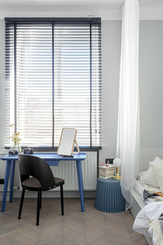 Biroul este așezat în fața ferestrei, dar s-a ales o masă care să poată servi pentru lucrul la laptop, deci cu alură mai scupturală, care să nu încarce spațiul. De asemenea, în zonă s-au folosit jaluzele orizonatale negre pentru a concura cu perdelele ce încadrează zona patului.