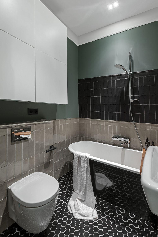 În lipsa spațiului, mobilierul de depozitare pentru detergenți și cosmetice a fost poziționat suspendat deasupra vasului wc. Din păcate nu întotdeauna este cea mai fericită alegere, dar din păcate cam singura atunci când baia este mică.