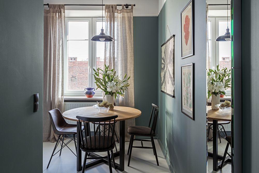 Holul de la intrare comunică direct cu bucătăria, dar designerul a prevăzut masa în așa fel încât să se vadă de la intrarea în locuință. Astfel atmosfera pare din start primitoare. Nuanța de verde închis vine să lege prima partea a studioului, adică funcțiunile: hol, bucătărie, baie.