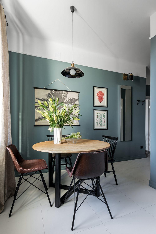 Pardoseala deschisă, ca și modul de zugrăvire a perețilro contribuie la imaginea elegantă a zonei de zi, finisajele fiind completatte de piese de mobilier cu alură contemporană.