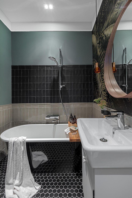 Faianța gri lucioasă este montată în baie până la înălțimea de 115 cm ceea ce ordonează spațiul, îi conferă un nivel unitar, în ciuda celorlalte finisaje, culori și volume prezente mai sus de acest nivel.