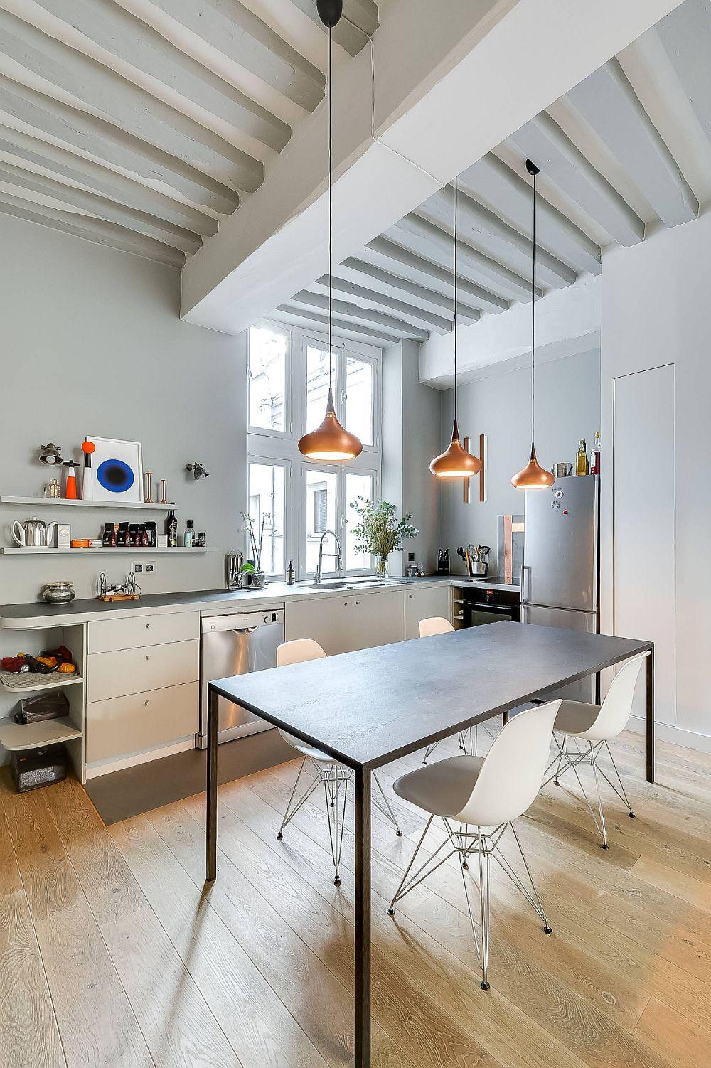 Spațiul lung ți îngust al zonei de zi a fost bine împărțit între bucătărie și living, având între ele ca funcțiune locul de luat masa.