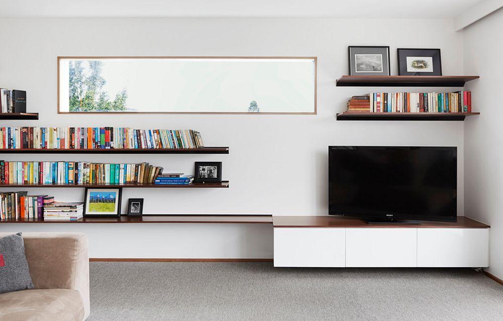Locul pentru tv este de multe ori limitat fie de arhitectura spațiului (prezența ferestrelor), fie de instalația electrică (priză alimentare, priză tv și internet). Dar cu ajutorul unor rafturi pentru cărți toată zona de tv poate fi echilibrată. Astfel ecranul își poate găsi locul în ansamblul rafturilor care formează biblioteca. Secretul este să-ți imaginezi un dreptunghi mai mare pe perete, formă în care s-ar încadra toate elementele. Chiar dacă nu respecți forma imaginară a dreptunghiului, faptul că așezi ăn această formă, în mod asimetri, obiectele, rezultatul final pare coerent.