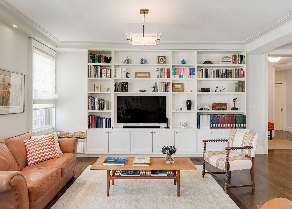 Dacă în living sunt prezente scafe ori grinzi, e important ca piesa masivă de mobilă cu rol de bibliotecă și loc de tv să fie în acord cu aceste elemente. Înălțimea până sub scafă face ca tot ansamblul de mobilă să fie armonios, chiar dacă în lateralele lui spațiul nu este egal împărțit.