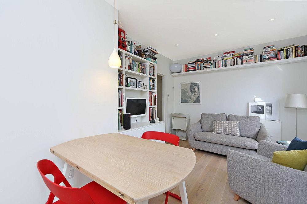 Spațiu mic? Păi biblioteca poate fi continuată și deasupra locului de canapea. Pe partea unde este tv-ul se configurează cât încape, dar până la nivlul tavanului, de unde deasupra ușii și mai departe de alt perete un singur raft lung va fi perfect pentru mai multe volume de cărți.