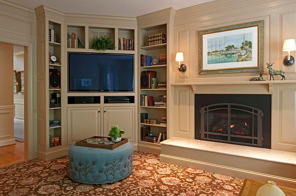 Dacă șemineul este situat central într-o cameră cu formă atipică, locul bibliotecii poate fi pe colț, evident și televizorul integrat în ansamblu. În cazul de față ecranul mare a fost poziționat deasupra liniei superioare a focarului șemineului pentru a nu-l concura.