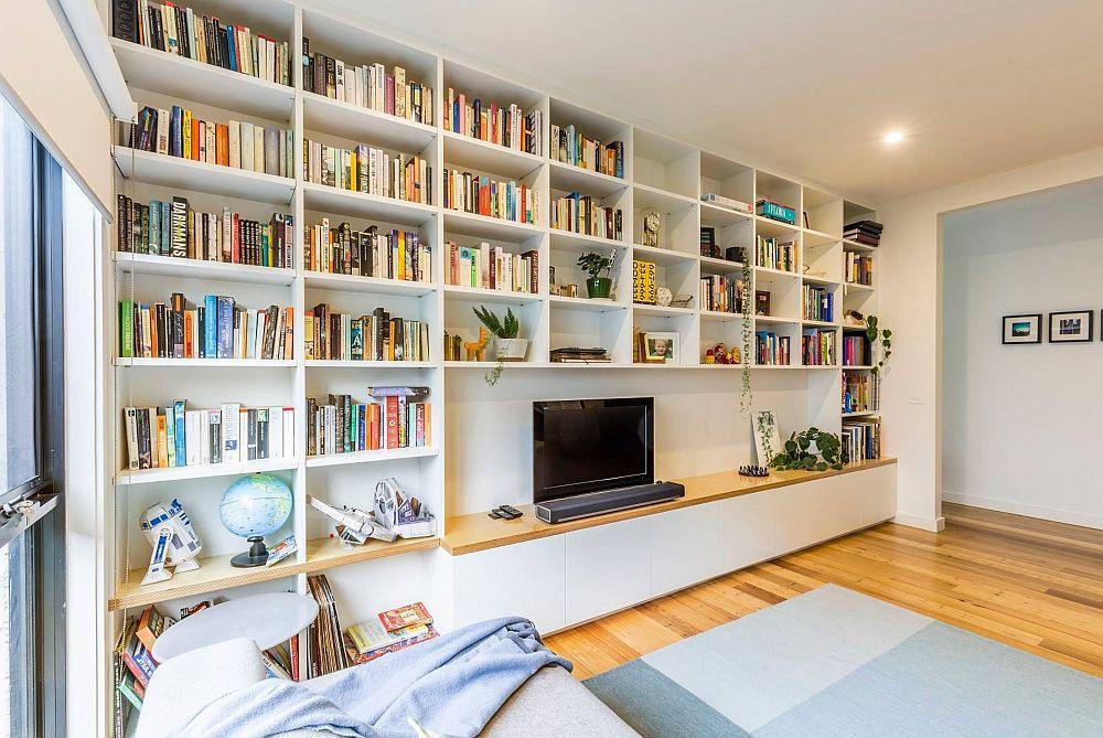Într-o amenajare modernă o bibliotecă cu linii curate, ordonate este soluția cea mai bună. Și atunci când volumele de cărți sunt foarte multe, locul de tv poate fi configurat ca o nișă mai largă pentru ca întregul ansamblu să nu sufoce încăperea, mai ales că volumele de cărți sunt diferit colorate și ele se simt în ambianță.
