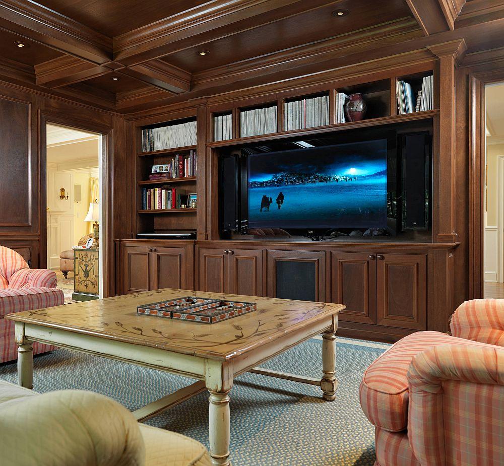 În amenajări clasice și rustice, biblioteca cu loc de tv poate apărea prea modernă, dar dacă partea de jos este închisă, iar deasupra ecranului tv sunt cărți, ansamblul pare deja mai bine integrat în ambient.