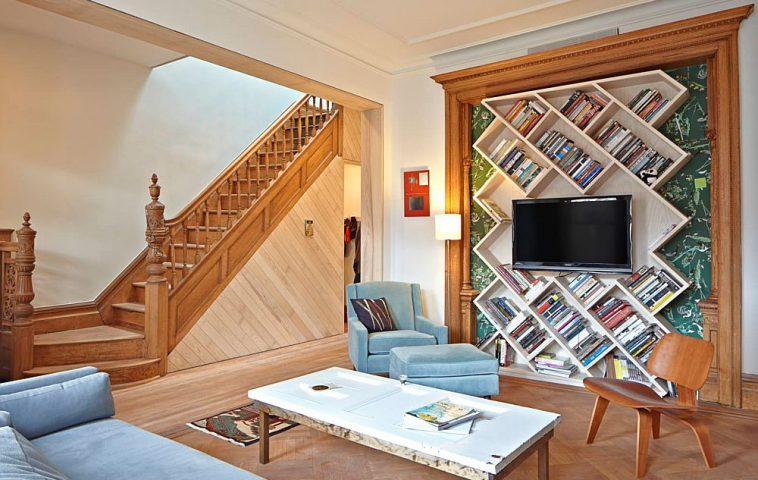 Biblioteca poate fi gîndită și ca element decorativ, un fundal cu forme geometrice interesat jucate pentru ca televizorul să fie montat deasupra.