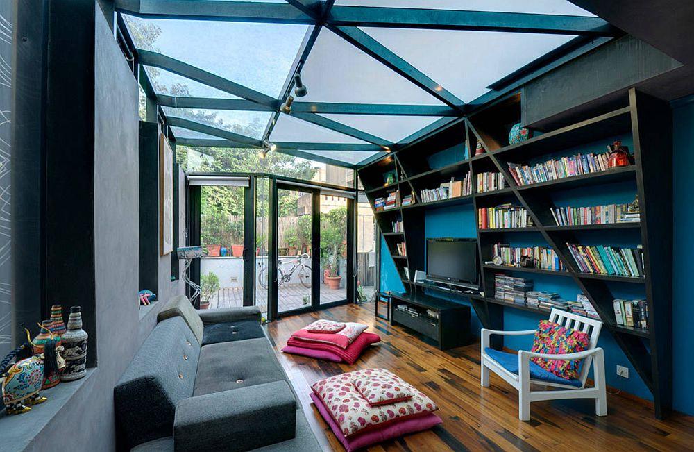 O modalitate inedită de-a coordona elementele arhitecturale de la nivelul plafonului cu biblioteca din zona de zi. Practic totul se leagă aici, iar structucturile atrag atenția mai mult decât prezența televizorului.