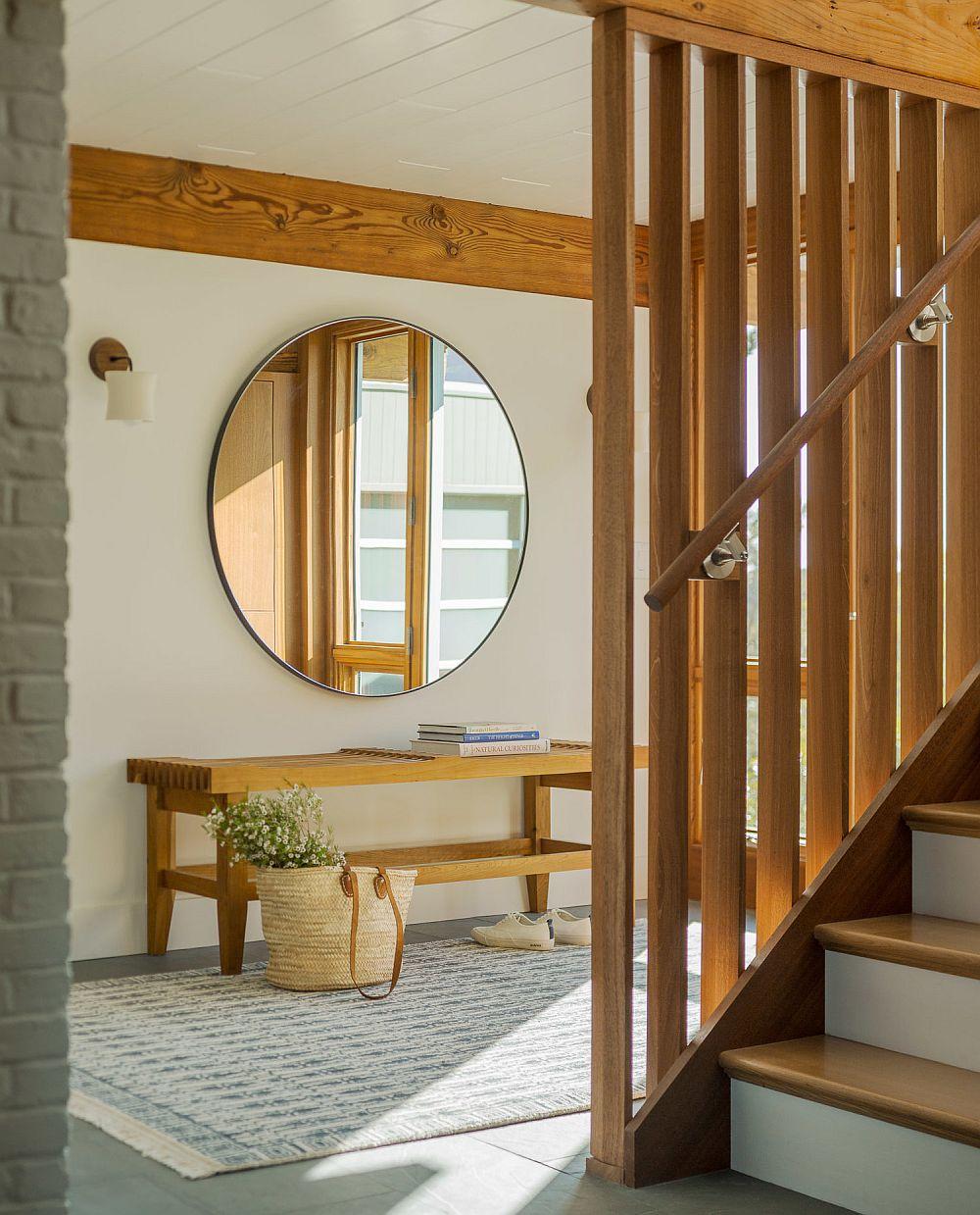 Zona de hol de intrare unde se poate observa și soluția pentru balustrada scării interioare - una simplă, dar de feect.