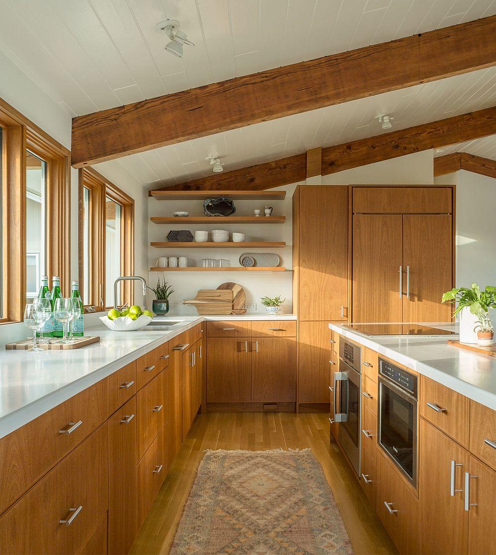 În bucătărie, datorită prezenței ferestrelor generoase, mobila pentru depozitare a fost gândită la nivel inferior, respectiv sub ferestre și în corpul ce include masa insulă.