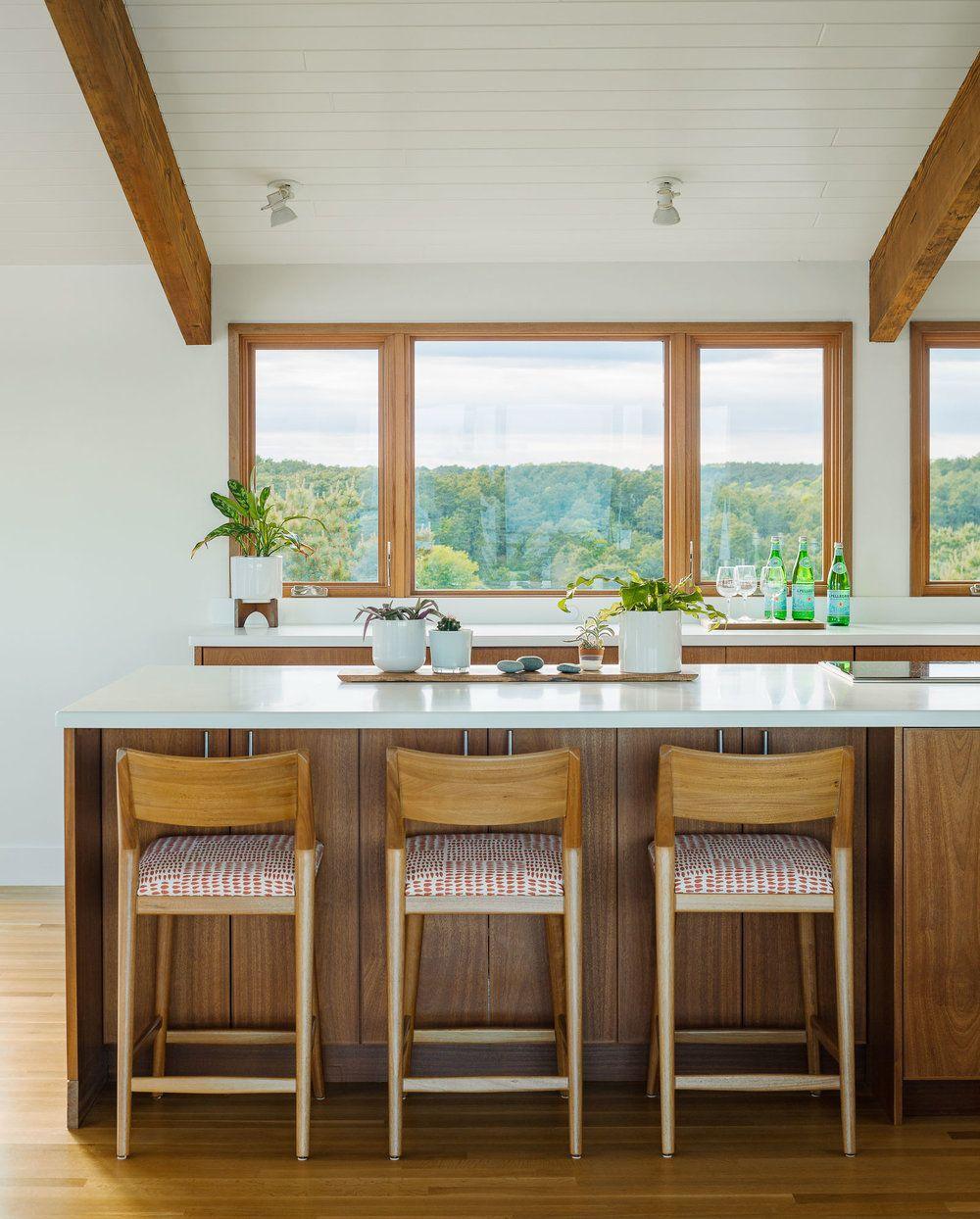 Ferestrele sunt lăsate libere, fără perdele sau draperii, astfel peisajul colorează și ambianța interioară. Arhitectura casei este însă gândită astfel încât orientarea în raport cu punctele cardinale și cu peisajul spre mare să nu afecteze confortul termic de la interior. Umbra necesară la interior este asigurată de la exterior, de aceea nu mai este nevoie de umbrire la nivelul ferestrelor. De asemenea, chiar dacă mobila este cu textură din lemn, blatul este alb, la fel ca și zugrăveala pereților.