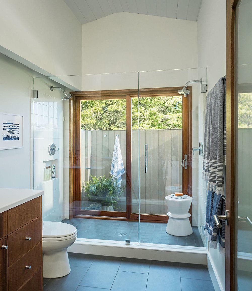 Te-ai fi gândit la un loc de duș unde tâmplăria poate forma unul dintre ziduri? Ei bine,perspectiva s-a schimbat complet cu această abordare. În plus, în extensia băii, la exterior, există un mic sanctuar al relaxării în aer liber.