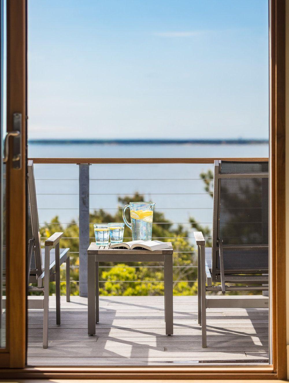 Balcoanele ca zone intermediare între interior și exterior devin popasuri pentru a admira priveliștea, dar ca elemente arhitecturale ele asigură și umbra necesară ca interior.