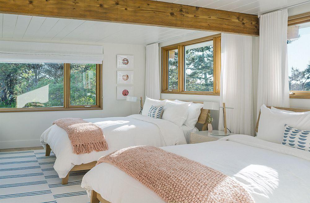 Dormitoare simple, aerisite și deschise către peisaj cu multe ferestre care lasă lumina să pătrundă, dar și să provoace privirea să descopere noi și noi imagini ale naturii.