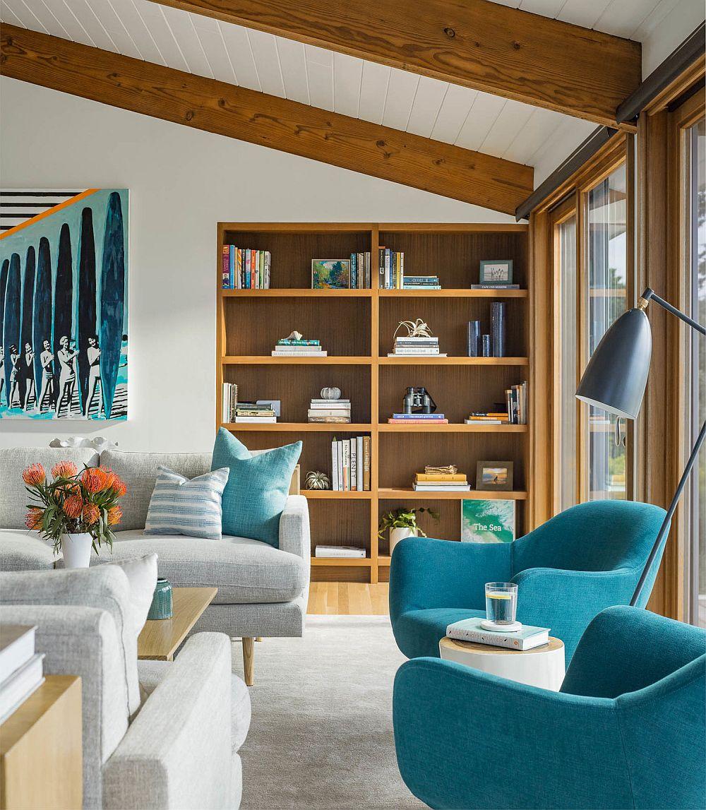 Biblioteca încastrată în zidărie face frumos legătura către tâmplăria ferestrelor și linia ei superioară, în acord cu cea a tâmplăriei, marchează înălțimea la scară umană, ceea ce face ca spațiul să fie simțit ordonat, organizat, echilibrat.
