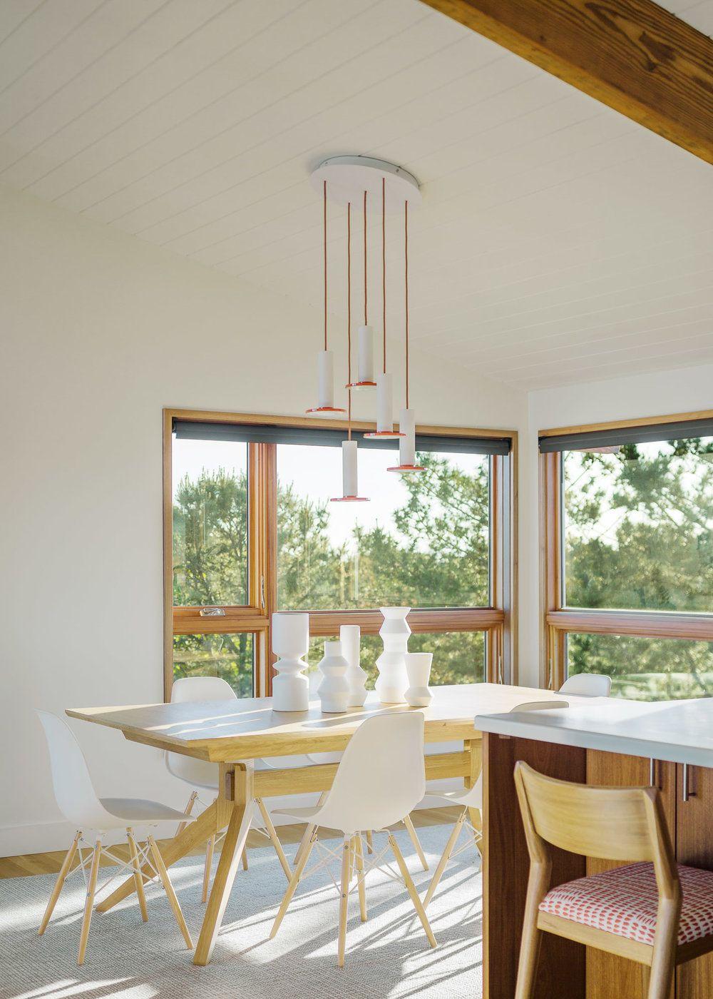Pe lângă masa insulă din bucătărie există și un loc de luat masa frumos așezat la granița dintre bucătărie și living.