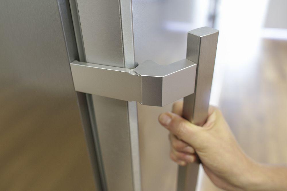 Pe lângă multiple inovații ce țin de funcționarea aparatelor frigorifice, la nivel de design mânerele combinelor și frigiderelor Liebherr sunt absolut deosebite. Nu doar că sunt robuste, dar au și un sistem prin care efectul de vacuum este îndepărtat. Practic nu mai trebuie să tragi și să zgâlțâi frigiderul ca să-i deschizi ușa. La combinele frigorifice cu fronturi elegante, sistemul de deschidere este adaptat pentru a fi mascat și înglobat în lateralul ușii.