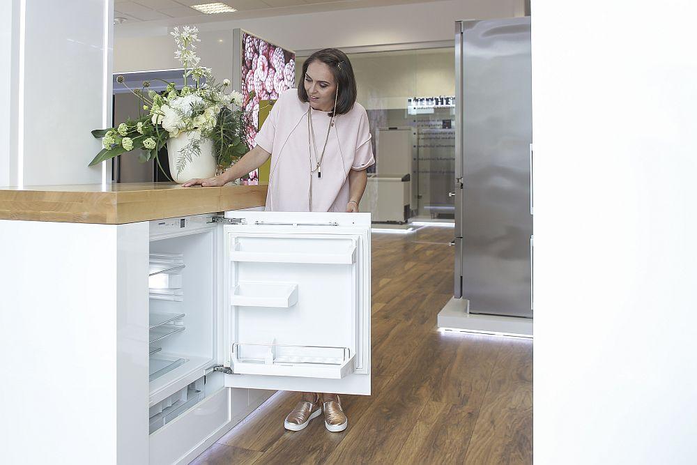 Da, atunci când nu ai loc în bucătărie, poți încorpora frigiderul sub blatul mesei insulă sau pur și simplu în corpurile inferioare ale bucătăriei.