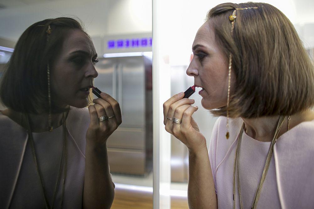 Fața combinei frigorifice GlassEdition arată ca o oglindă, iar suprafața ei este tratată special anti-amprentă. Se potrivește excelent în bucătăriile contemporane, dar și în cele deschise către living, de tip open-space.