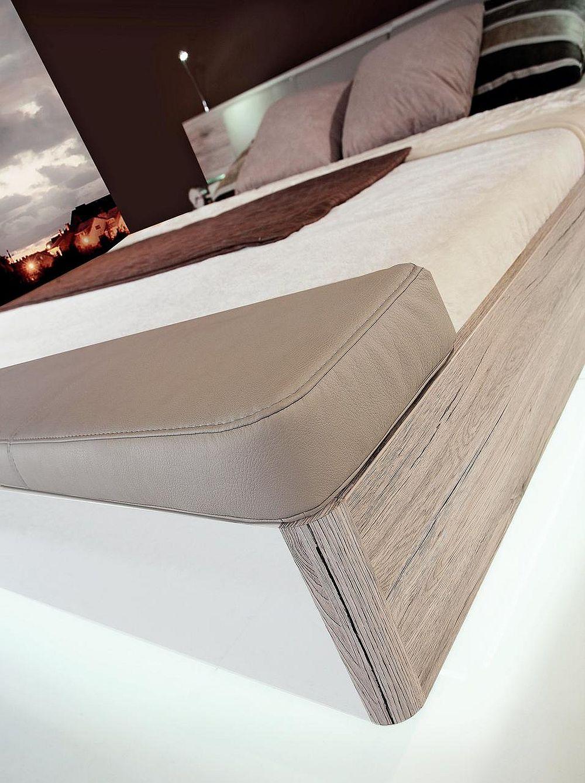 Detaliu capăt de pat cu capac tapițat pentru ladă de depozitare - dormitor Rondino.
