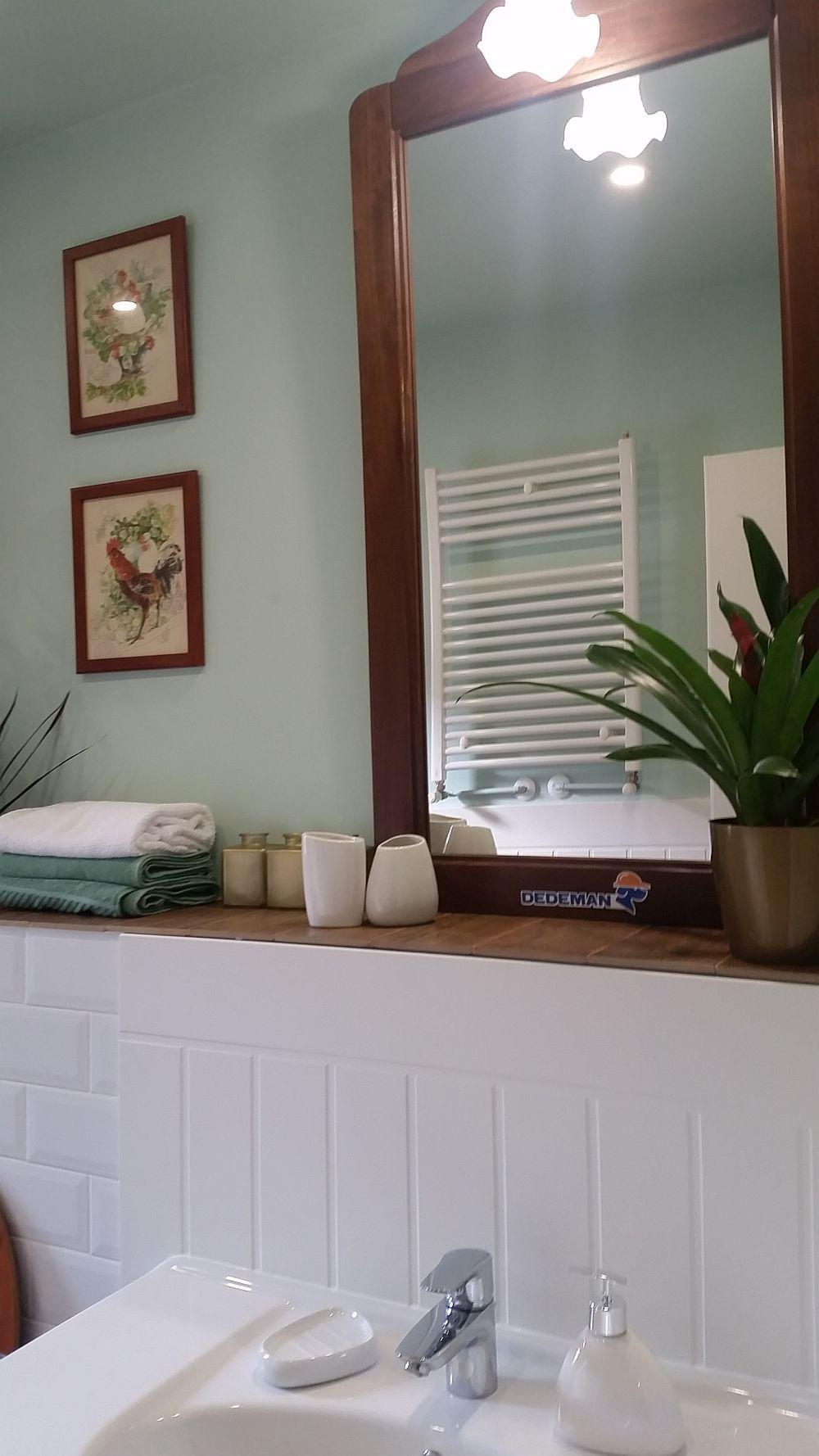 De desupra vasului wc până în peretele cu ușa există un raft continuu perfect pentru depozitarea la îndemână a produselor dpentru igienă. Alte obiecte și produse pot fi depozitare în mobila ce înglobează lavoarul.