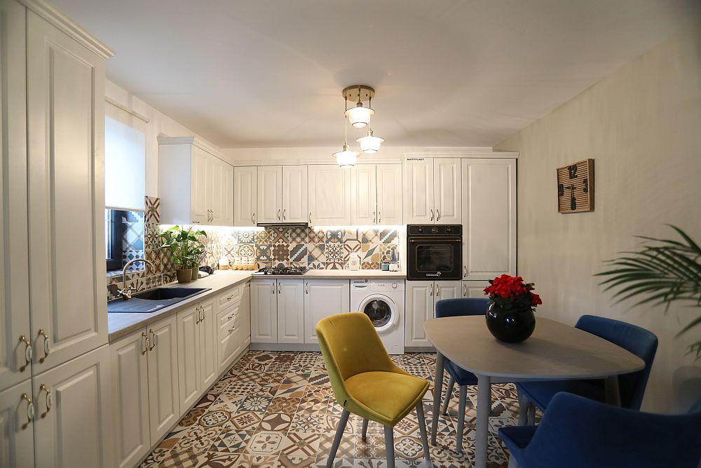 Mobila din bucătărie este realizată pe comandă la Martplast după proiectul Cristinei. Toate dotările, electrocasnicele, decorațiunile și mobilierul pentru masă este de la Dedeman.