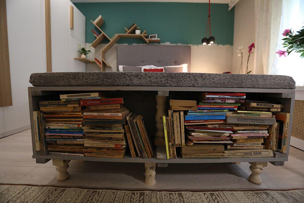 Ca capătul patului Ciprian a confecționat dintr-o ladă veche militară o banchetă cu rol de depozitare a cărților.