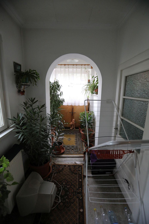 Holul înainte de renovarea făcută de către echipa Visuri la cheie. Acesta era deschis către unul dintre dormitoare și folosit ca spațiu de depozitare și pentru plante.