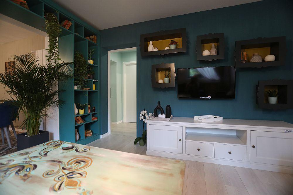 Accesul către baie și dormitoare se face prin golul existent pe peretele cu zona de tv. Livingul a fost amenajat după proiectul colegei Cristina Joia.