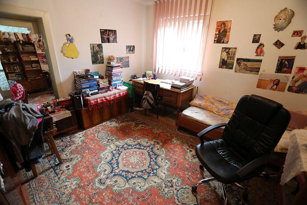 Livingul înainte de renovarea făcută de către echipa Visuri la cheie. Înainte această cameră era a Iuliei.